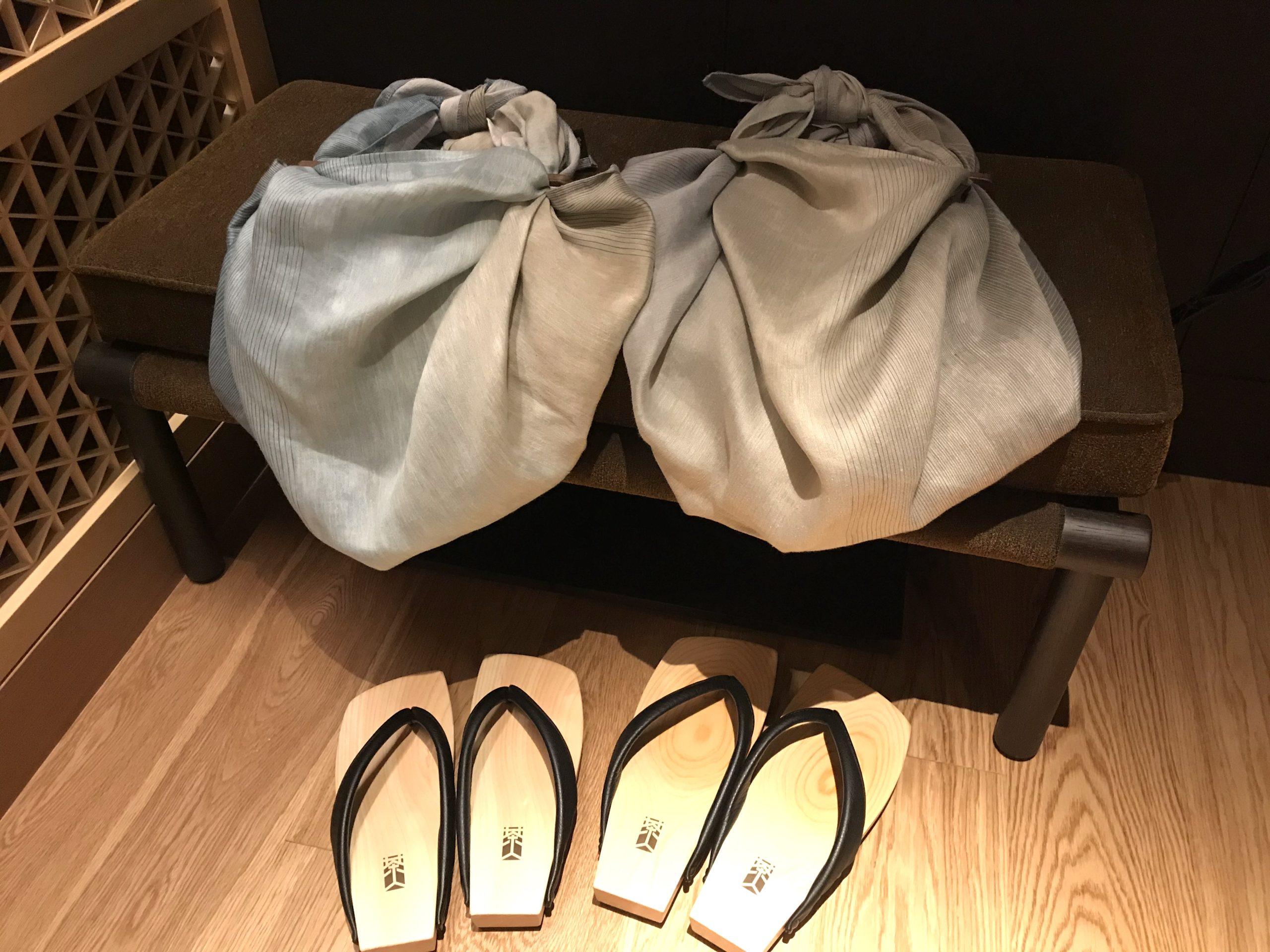 ザ・リッツ・カールトン日光の部屋にある下駄とバッグの写真