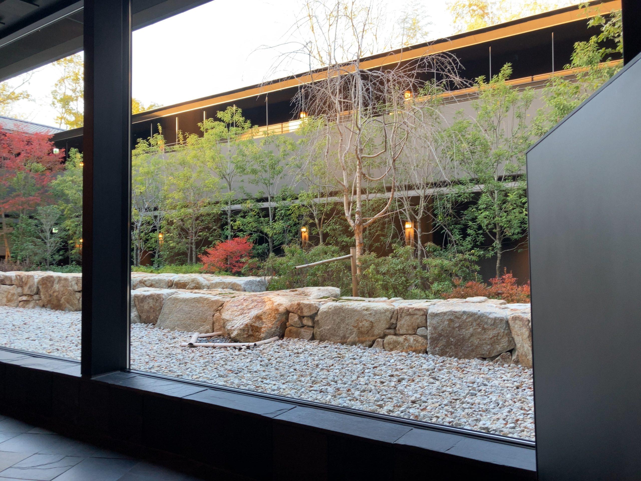 「ふふ奈良」ロビーから見える中庭の写真