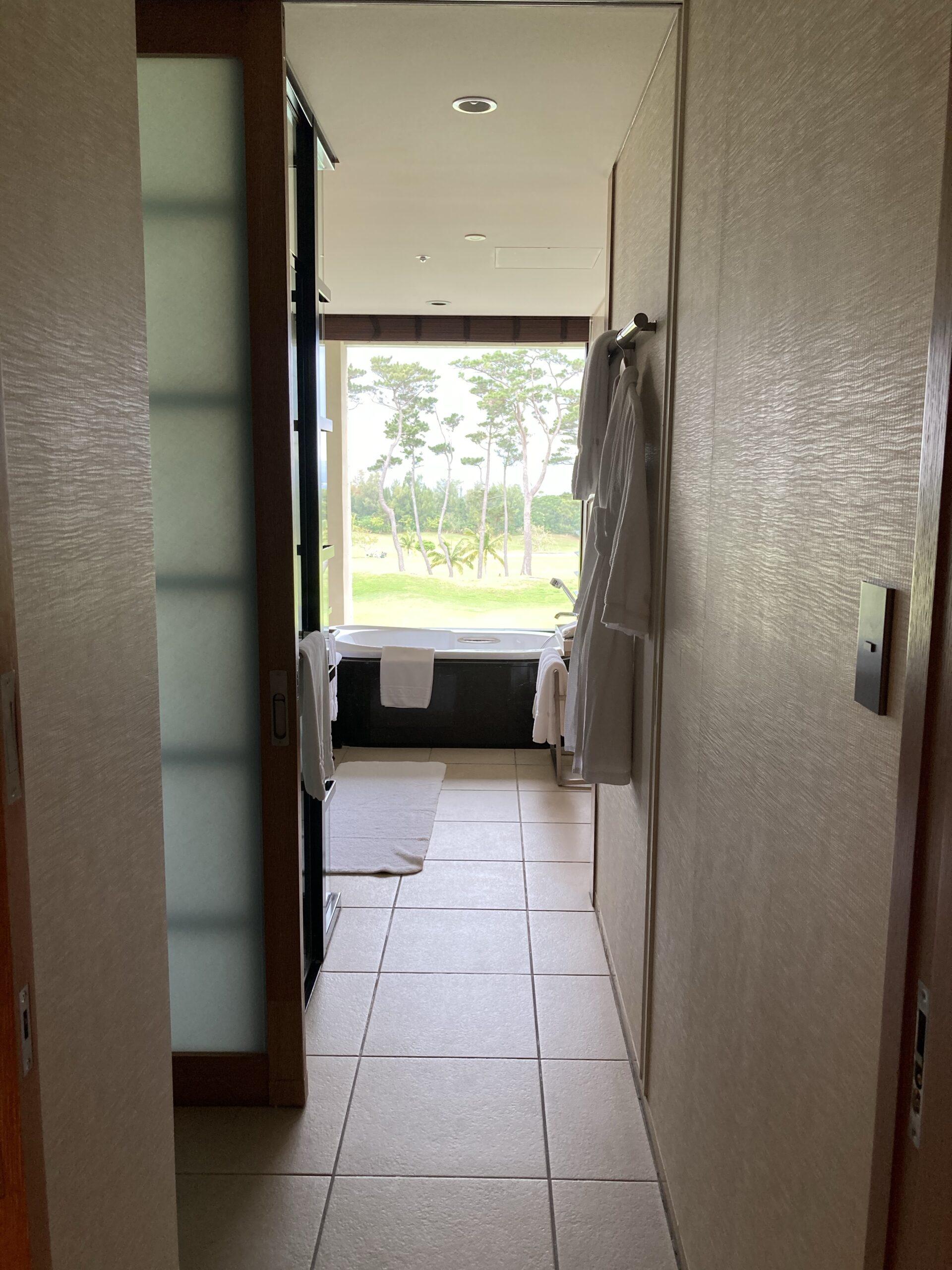 「ザリッツカールトン沖縄」デラックスルーム入口の写真