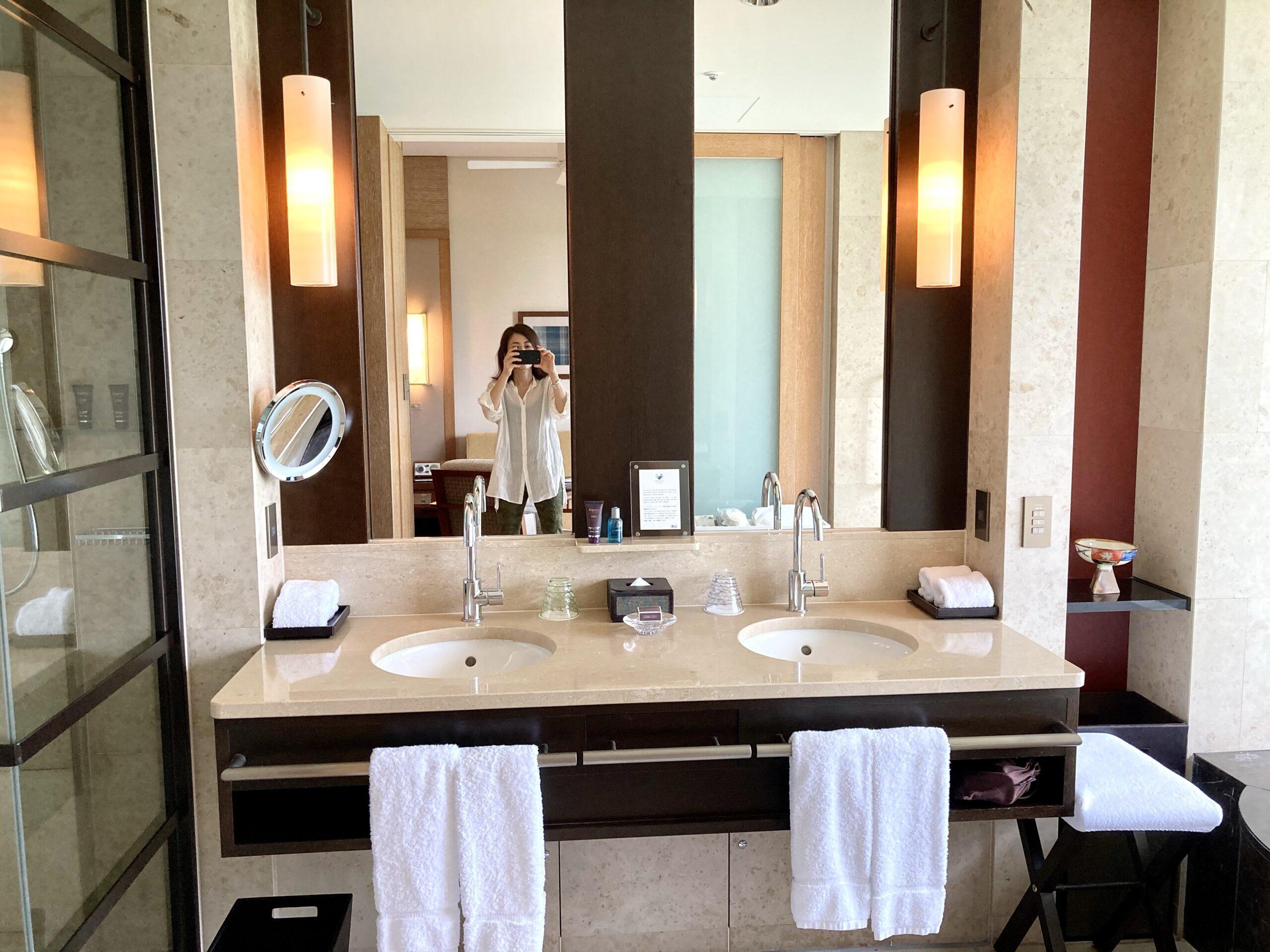 「ザリッツカールトン沖縄」ダブルシンクの洗面スペースの写真