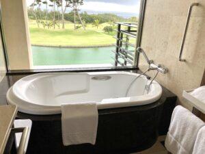 「ザリッツカールトン沖縄」デラックスルームのバスルームの写真
