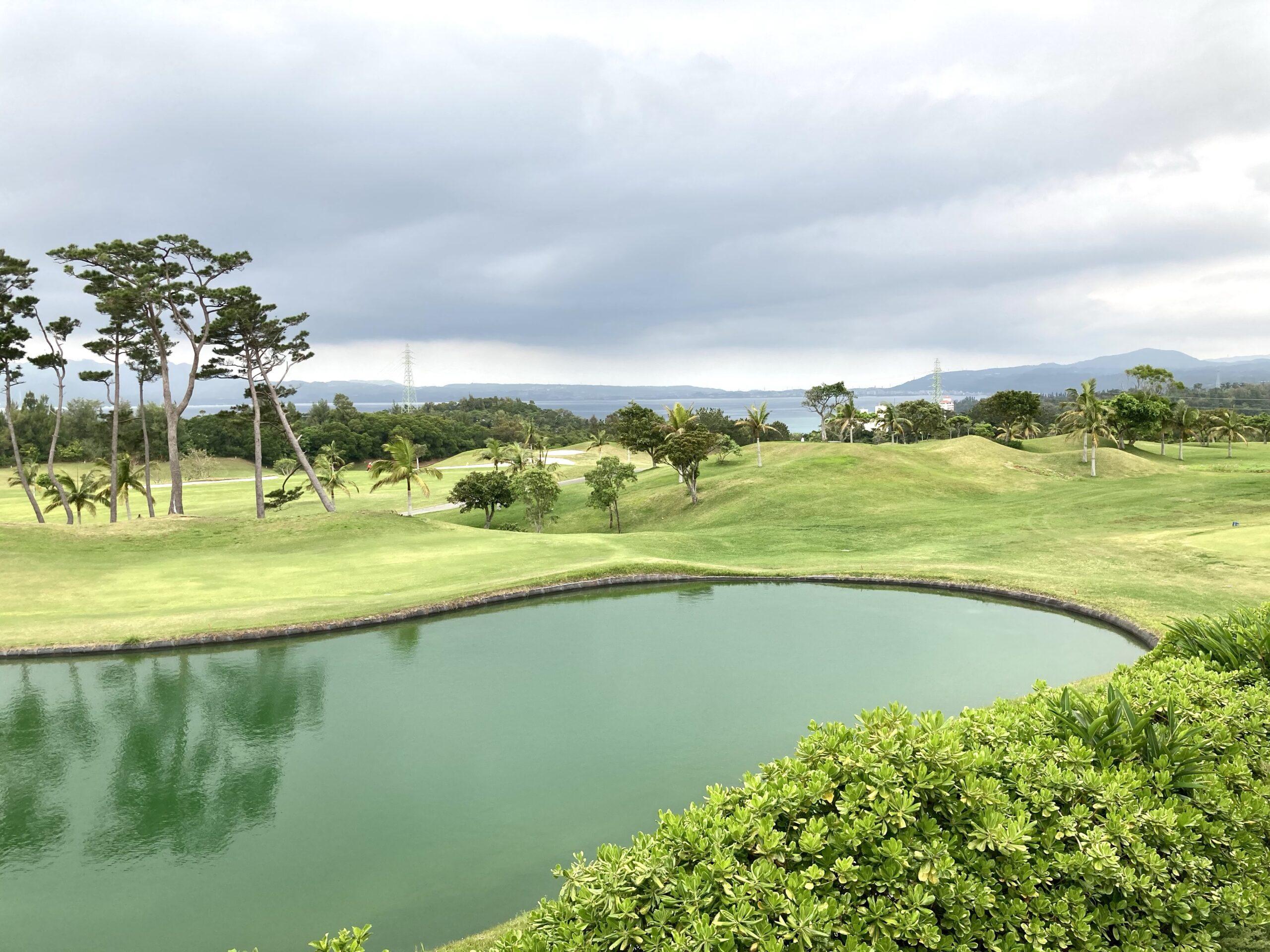 「ザリッツカールトン沖縄」2階デラックスルームゴルフコースビューテラスからの眺め
