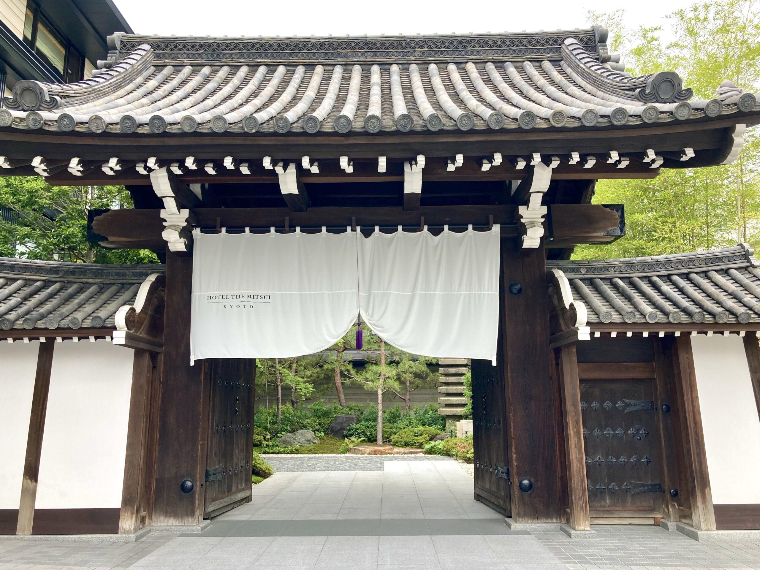 「ホテルザミツイキョウト」正面の門の写真