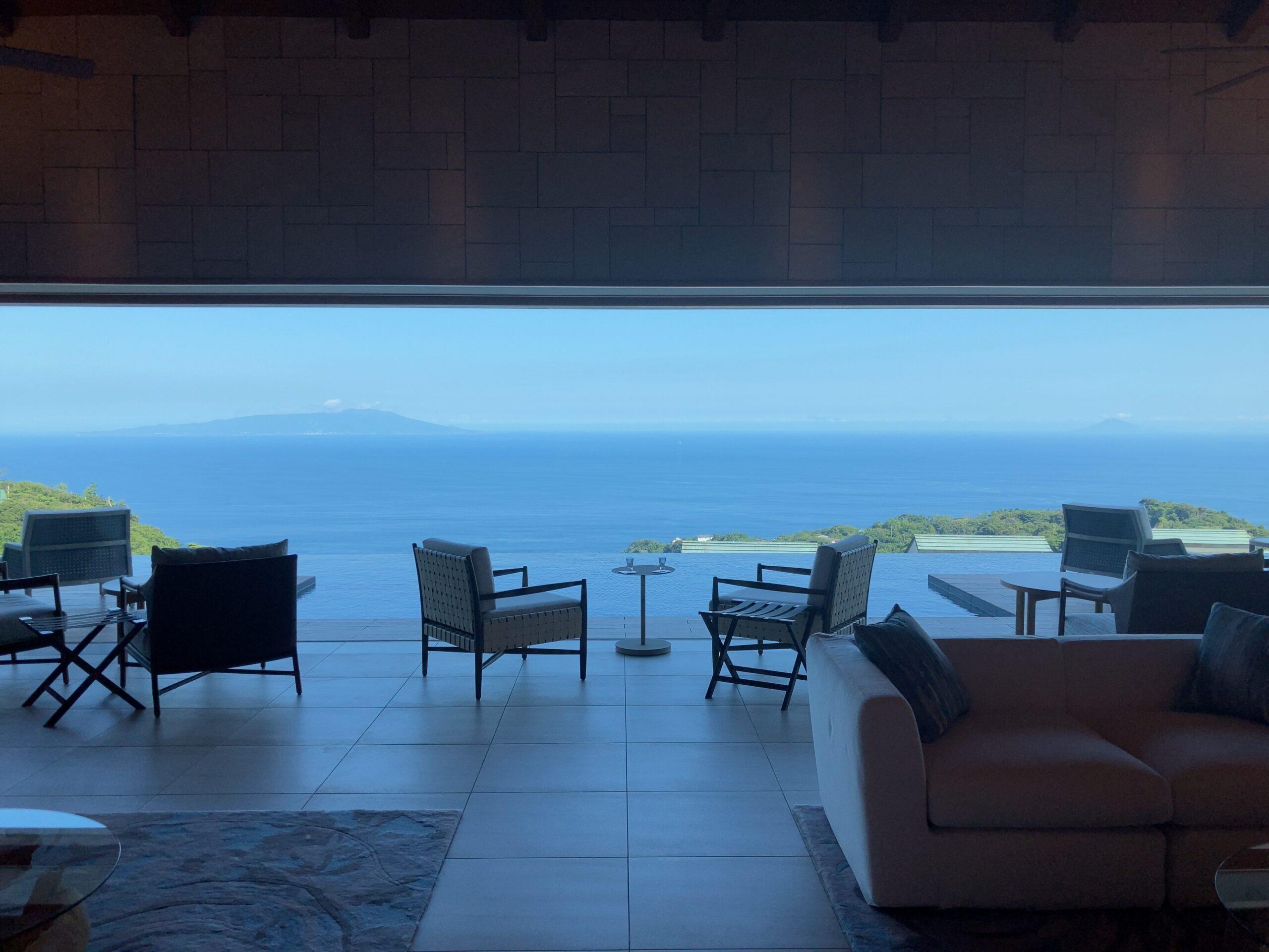 「伊豆ホテルリゾート&スパ」ロビーからの海の写真